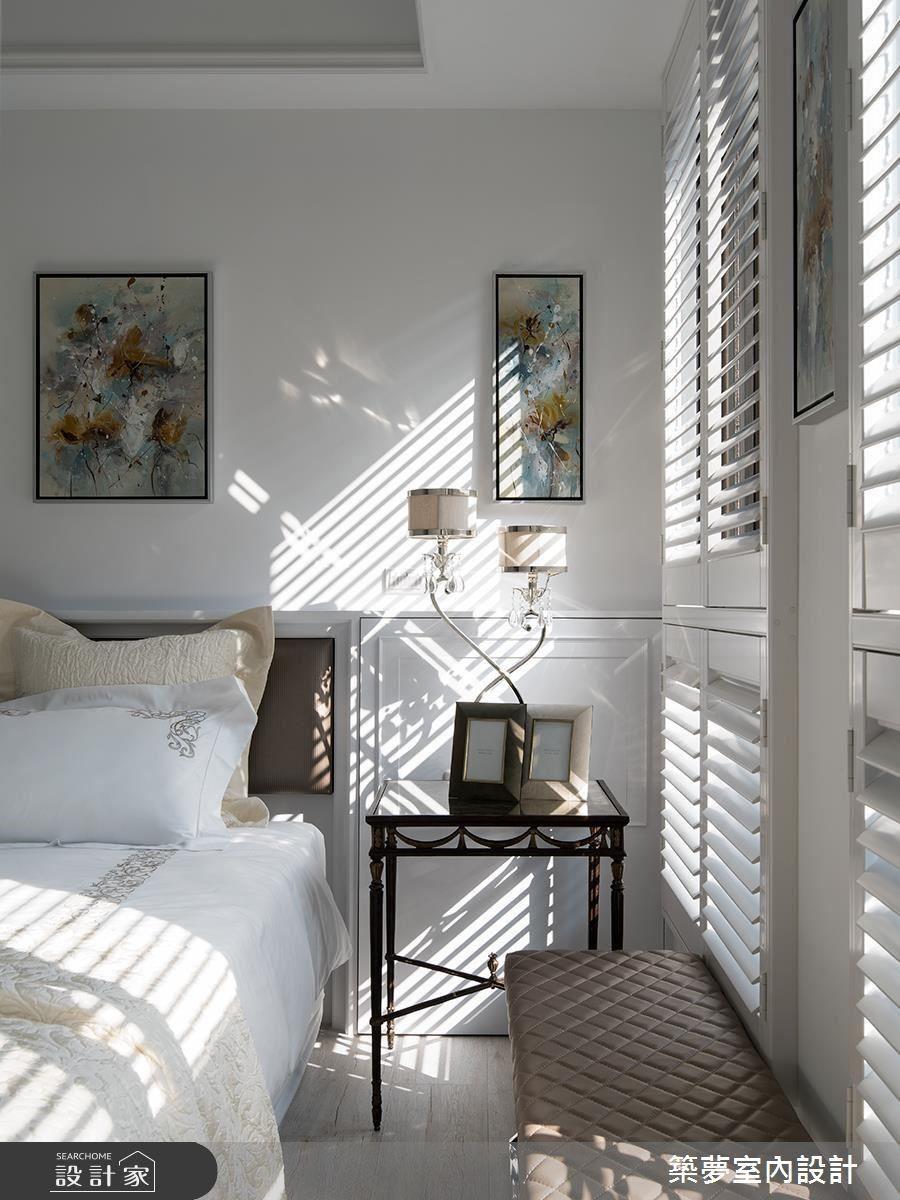 以美式百葉窗的高採光優勢明亮私領域,並於床頭放上柔美套畫增添藝術風情。