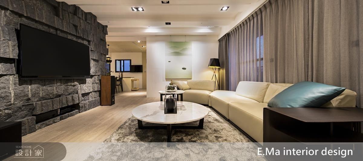 公領域以天花刻意的高度落差修飾掉原有的壓迫感,並與電視牆的粗獷相互呼應,展現前所未有的客廳大尺度。