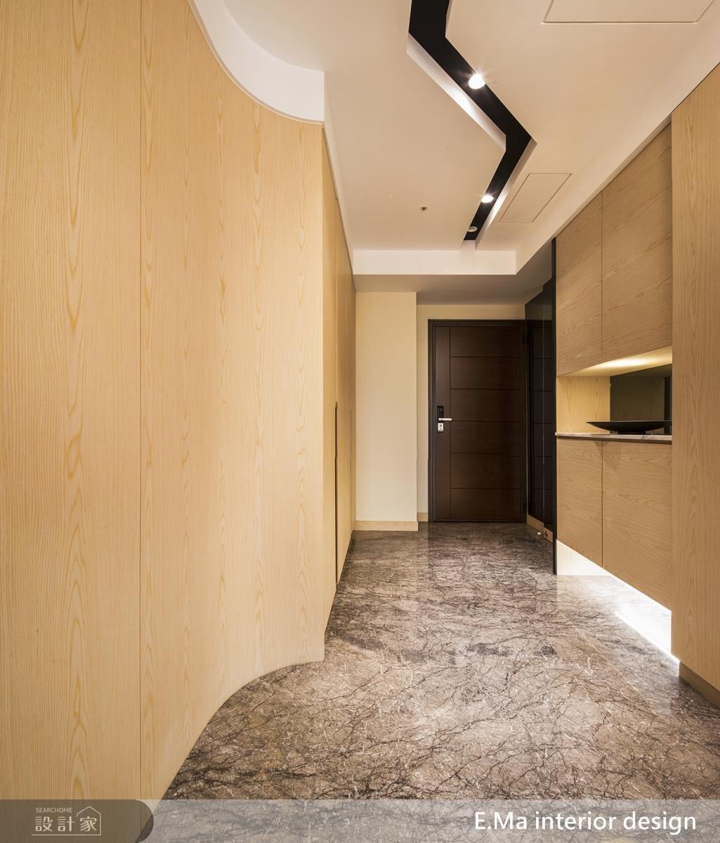 玄關入口以 Z 字長廊引導動線,並於天花放上閃電型燈條增加回家趣味。