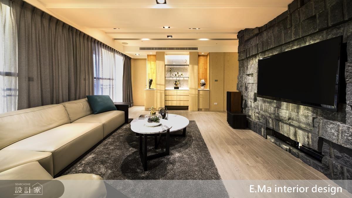 客廳電視主牆以自然石皮切割拼湊出粗獷層次,於 LED 燈的照射下豐富視覺立體感,一旁搭配上淺色皮革沙發柔化空間剛硬感。