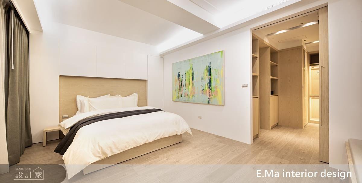 為營造舒適輕鬆氛圍,主臥室維持大量純淨白,並拿掉繁複櫃體,強調視覺上的清淨俐落與遼闊。推開一旁滑門則可直接通往更衣室及主浴空間。