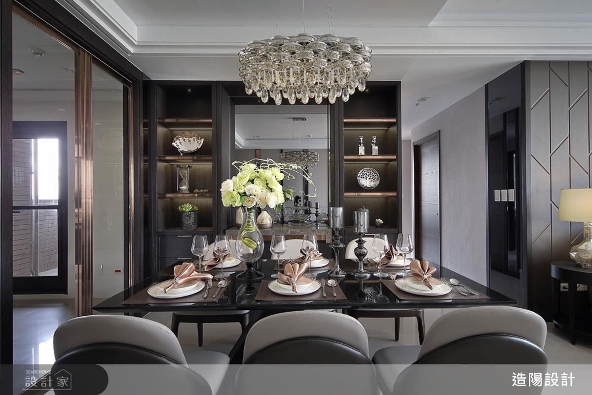 藉由材質的運用,賦予不同的質感與風格。以宛如龍紋的少見石材打造電視牆,加上鍍鈦包膜的層架與玻璃,彰顯大宅的氣勢;當坪數較有限時,則可藉由鏡面或材質的豐富搭配,達到擴大空間的效果。