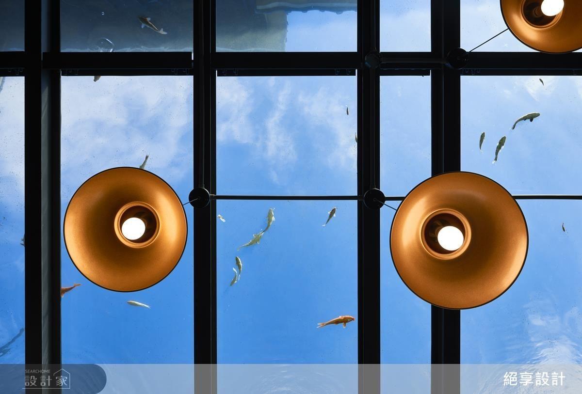 餐廳區域藉生態循環原理,使雨水隨斜屋頂及樓梯溝縫回收匯流至觀賞魚池,實現魚菜共生,甚至夏天煩熱時,魚池還有降溫效果。透明屋頂則兼具採光罩及魚池功能,使空間視野更加開放。