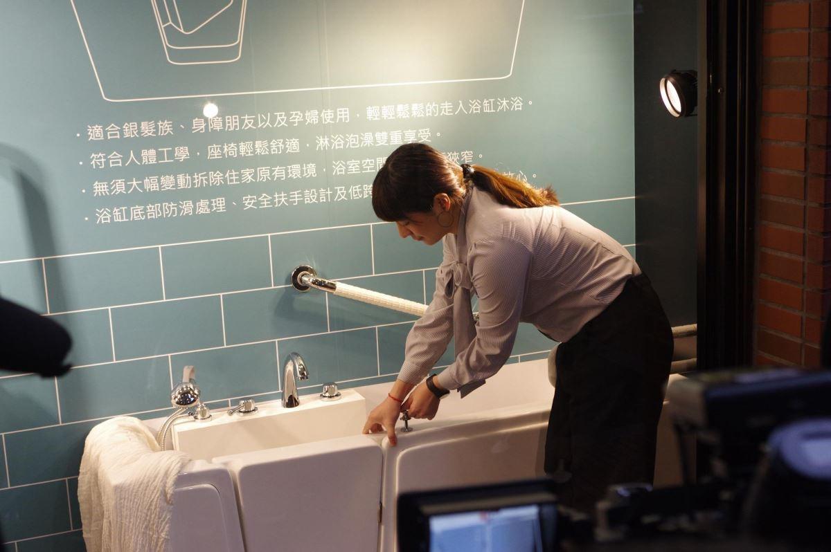因應台灣邁入老年化社會,及雙北市政府扶老專案,海廷頓替銀髮族量身訂製走入式樂活浴缸,讓長輩在家中能享受泡澡樂趣,亦可防範跌倒風險。