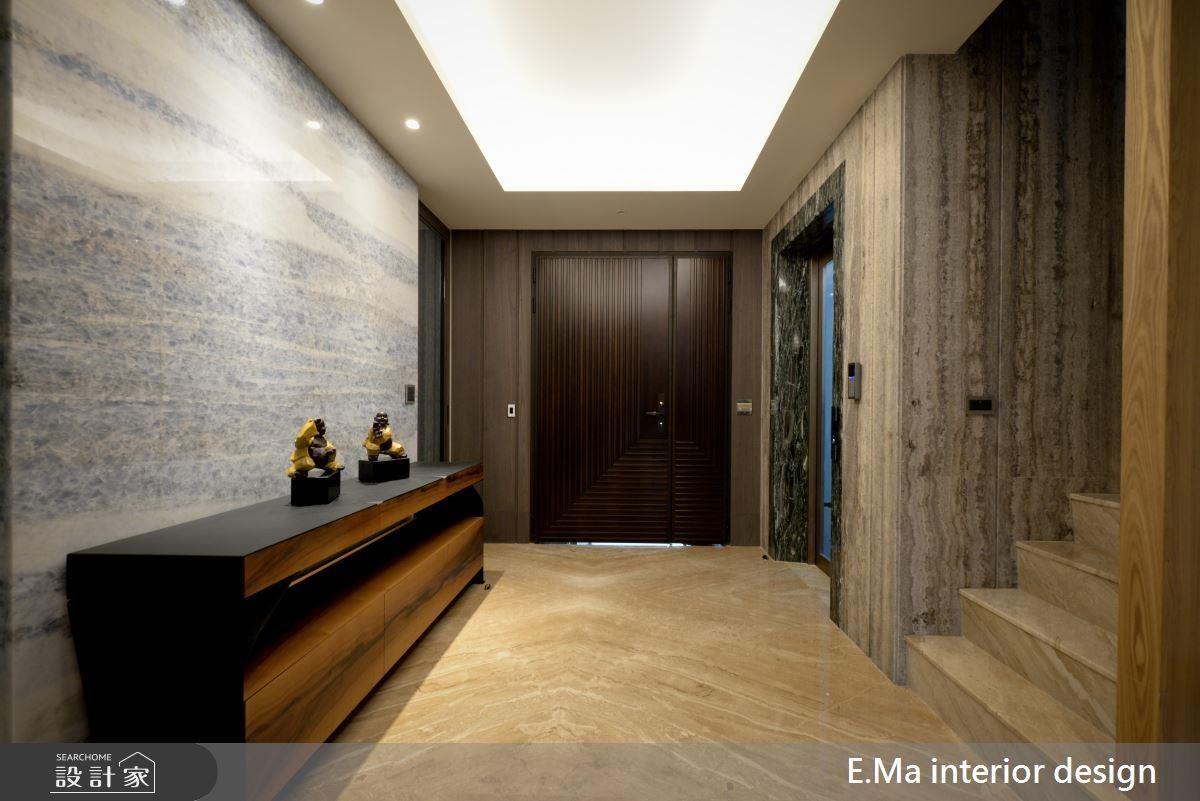 玄關空間以海洋之星石材鋪陳,提升整體空間亮度,也搭配了一旁的電梯設計。藉由不同石材紋理的拼接,為進門空間堆疊出豐富的層次感。