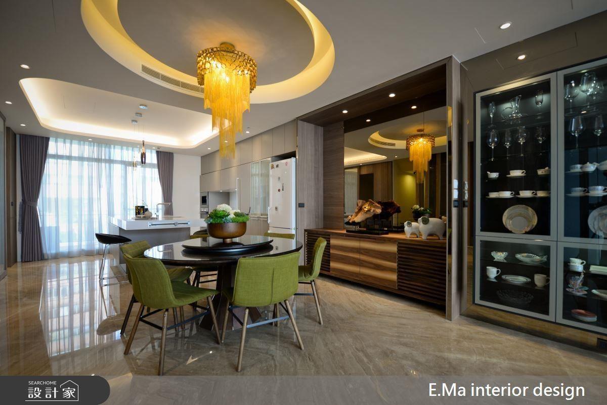 開放餐廚空間在絢麗燈飾、造型挖空天花及翠綠軟件的搭配下,顯現出交誼場域的活潑氣息。一旁以相異木紋材質、柚木及鏡面使原有家具在新裝潢下更脫穎而出。
