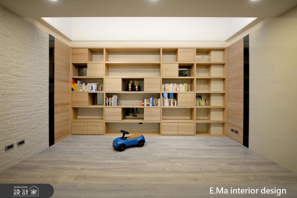 書房的木作櫃牆以抽屜拿捏展示、收納比重,同時運用灰鏡延續空間質感,打造小孩的成長、閱讀天地。