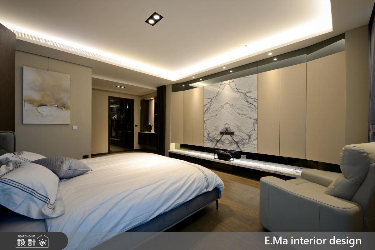 主臥室以溫和奶茶色烘托休憩空間的放鬆感,電視牆在灰鏡與紐約紐約石材的陳列與櫃面的斜角設計下,為簡約私領域注入恰到好處的視覺份量。
