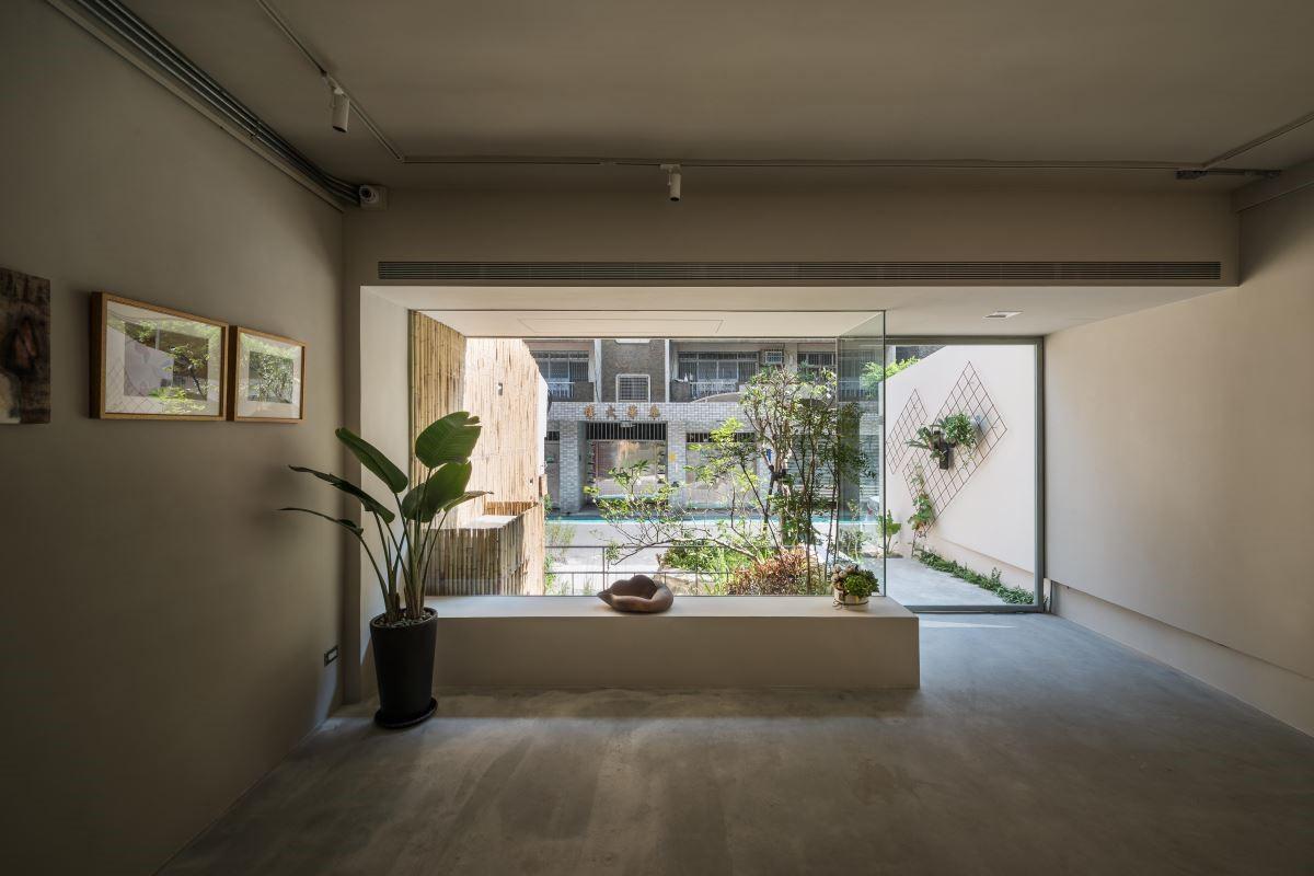 畫廊名稱採自陶淵明的《採菊東籬下》,在三位設計師的精心創作下,融自然的樸實自在與東方底蘊於藝術空間之中,展現親民大方的藝術面貌。