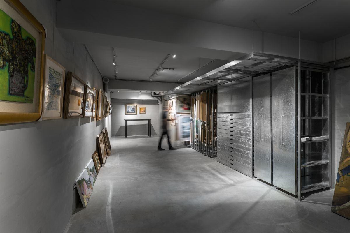 藝術工作空間於牆面材質使用樂土與水泥,不僅耐用也解決地下室潮濕問題,並以不鏽鋼畫架及鍍鋅板抽屜,使畫作陳列隨時間步調更散發出迷人色彩。