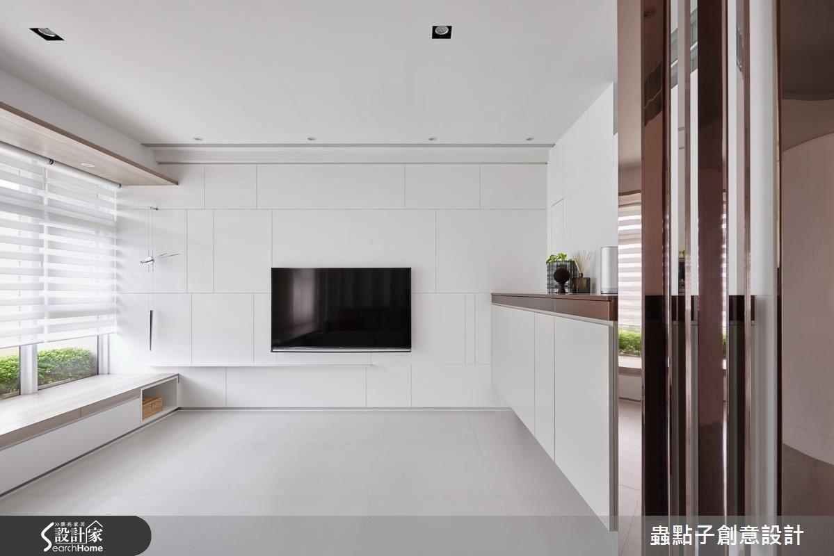 客廳沙發背牆利用皺褶賦予空間立體感,隨光影照射變化層次。電視牆則以線條分割各式方塊,俐落又大器,一旁搭以簡約藝術造型時鐘。在設計師的精心設置下,公領域明亮之中更顯活潑。