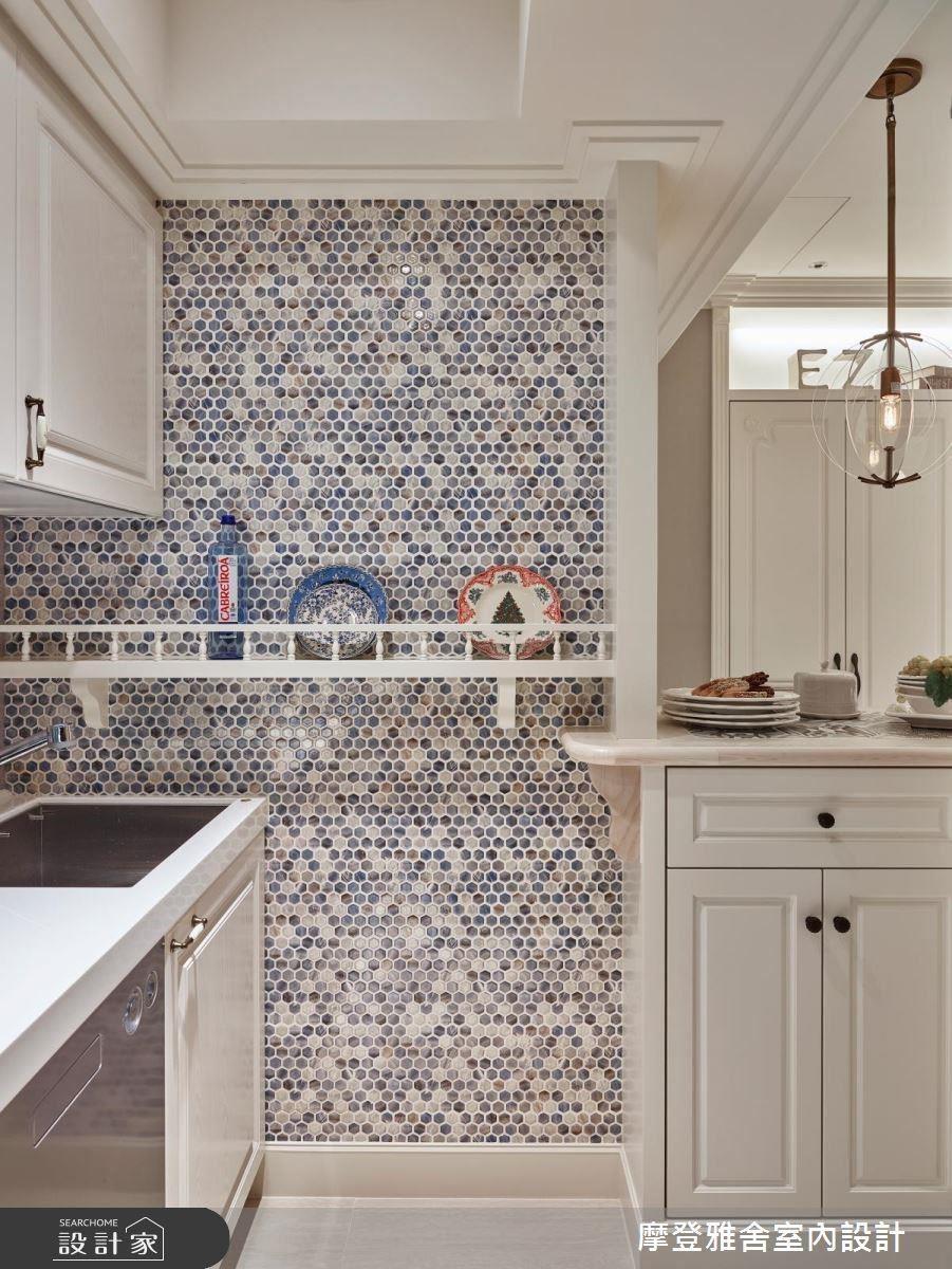 一旁廚房牆面以層板搭配羅馬柱頭造型、馬賽克磚,增添趣味性。