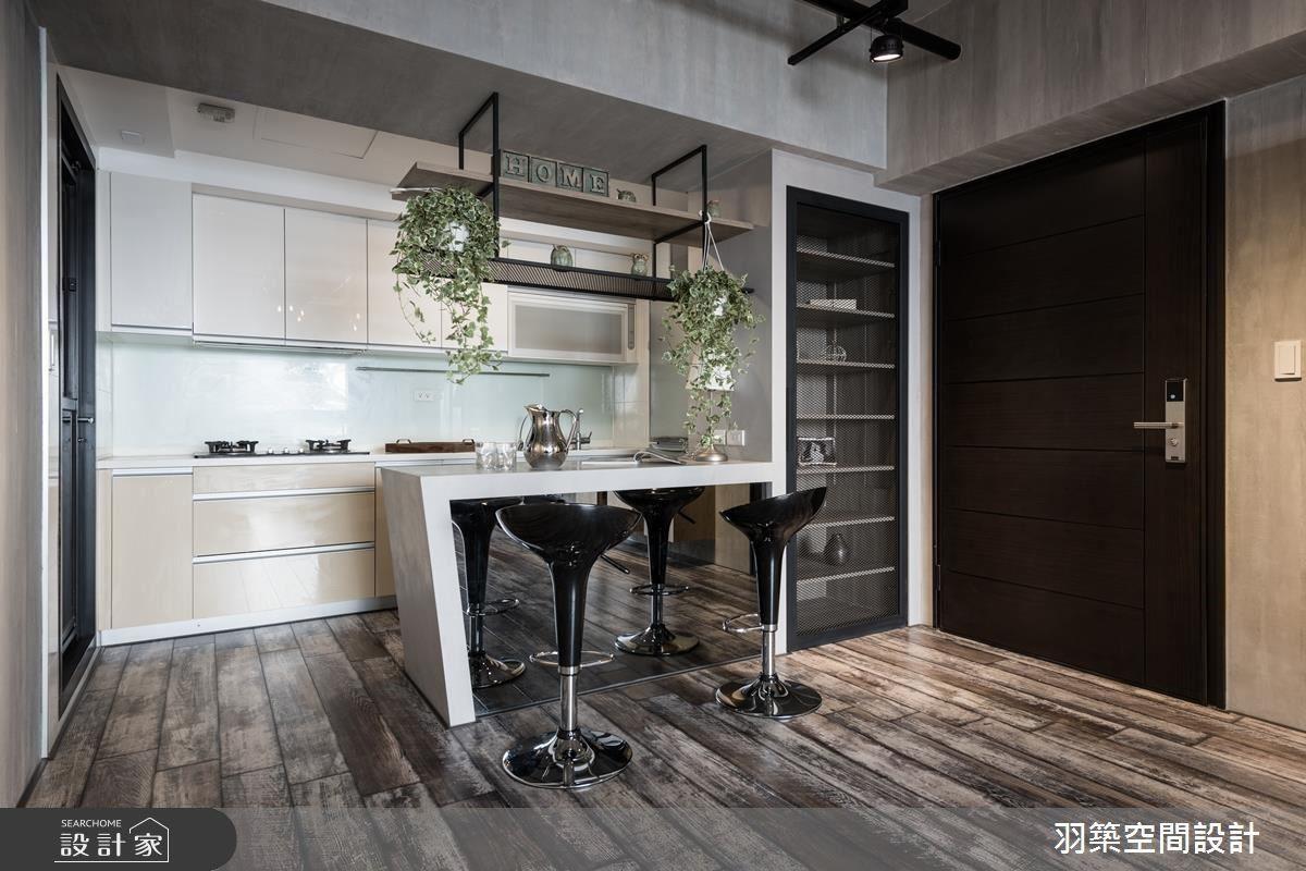 整合鞋櫃、電器櫃和吧檯機能,發揮空間中的每吋坪效。