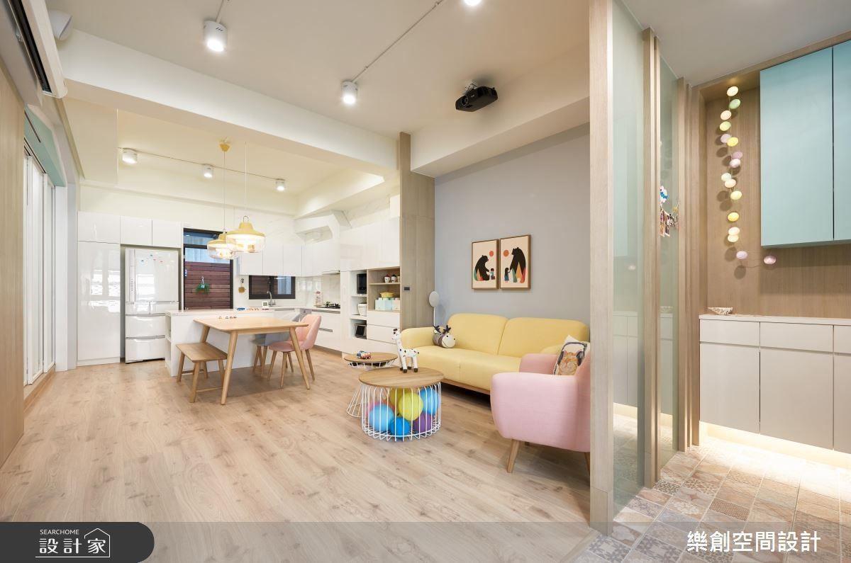 牆面、家具以柔和的色彩協調搭配,到遊樂園帶回的氣球,也在女主人巧思下,佈置於茶几下,讓家處處充滿溫暖的童趣。