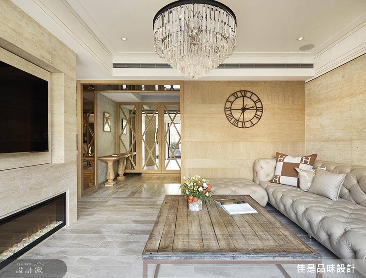 古典雅致的釘扣沙發配上屋主鍾愛的壁爐,溫暖整個大空間。