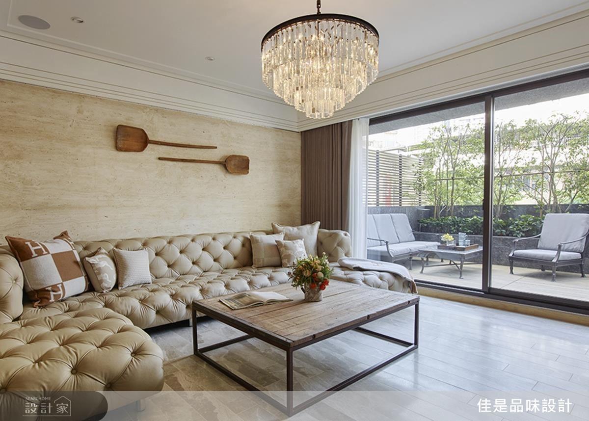 公領域從大範圍淺色系、鋪面材質到陽台綠意空間,成功營造出美式的休閒輕鬆。