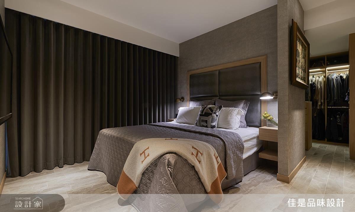 主臥房著重於床頭設計,以銀色繃布搭配兩側香檳金壁燈,營造有品味底蘊的睡眠風情。