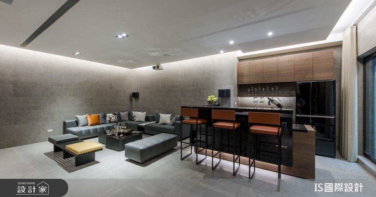 考量地處山間較為潮濕,視聽室均使用耐候性高的霧面進口磚,並以交丁貼的方式,降低濕度,灰階仿石紋的質地,與義式現代家具相互映襯。