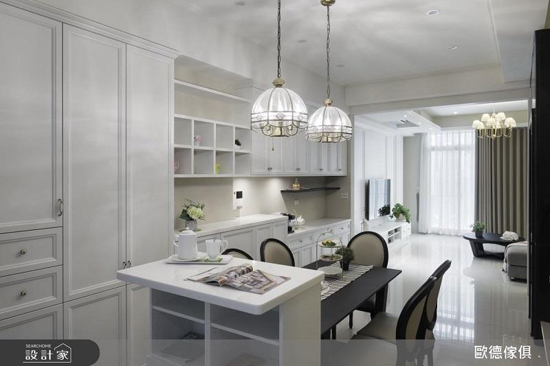 比鄰餐桌旁的迷你中島可同時環視室內空間及室外露台。>>看完整圖庫