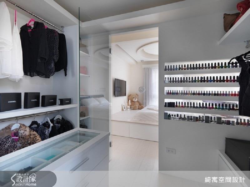 收納層架整齊排放主人蒐藏的指甲油,美觀兼具展示功用。>>看完整圖庫