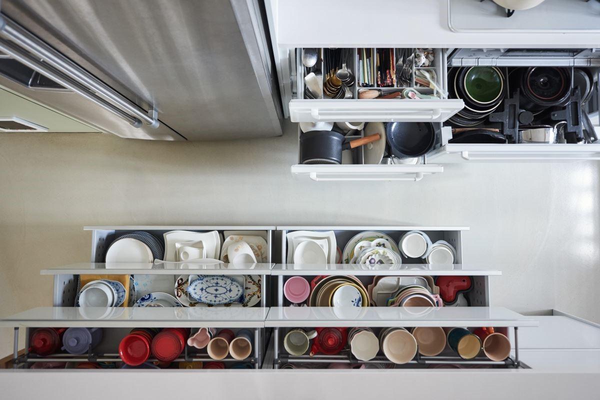 餐廚壁面使用優雅白琺瑯板,體貼女屋主烹飪需以磁吸固定食譜的需要,同時也配合公領域的自在氣息。開放中島空間則巧妙修飾樑柱問題,並特別於中島賽麗石檯面上下增設鐵件吊櫃及兩側的木作置物空間,給予女屋主滿意的料理創作揮灑平檯。