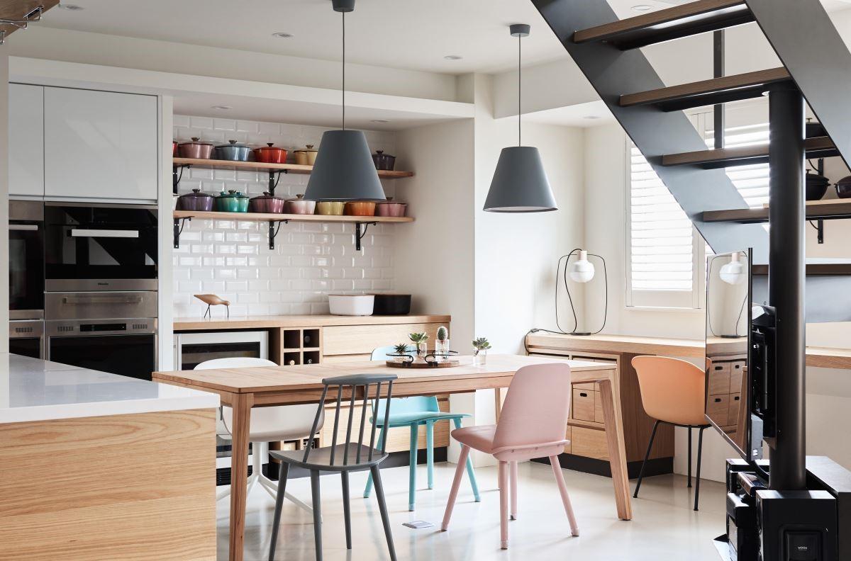 餐桌背牆設置備餐檯,運用壁面空間成為女屋主各式收藏鍋具的展示檯,為用餐環境造就一面獨特端景。更將電視最小化,以活動轉向設計,使各區空間均可自由彈性運用。