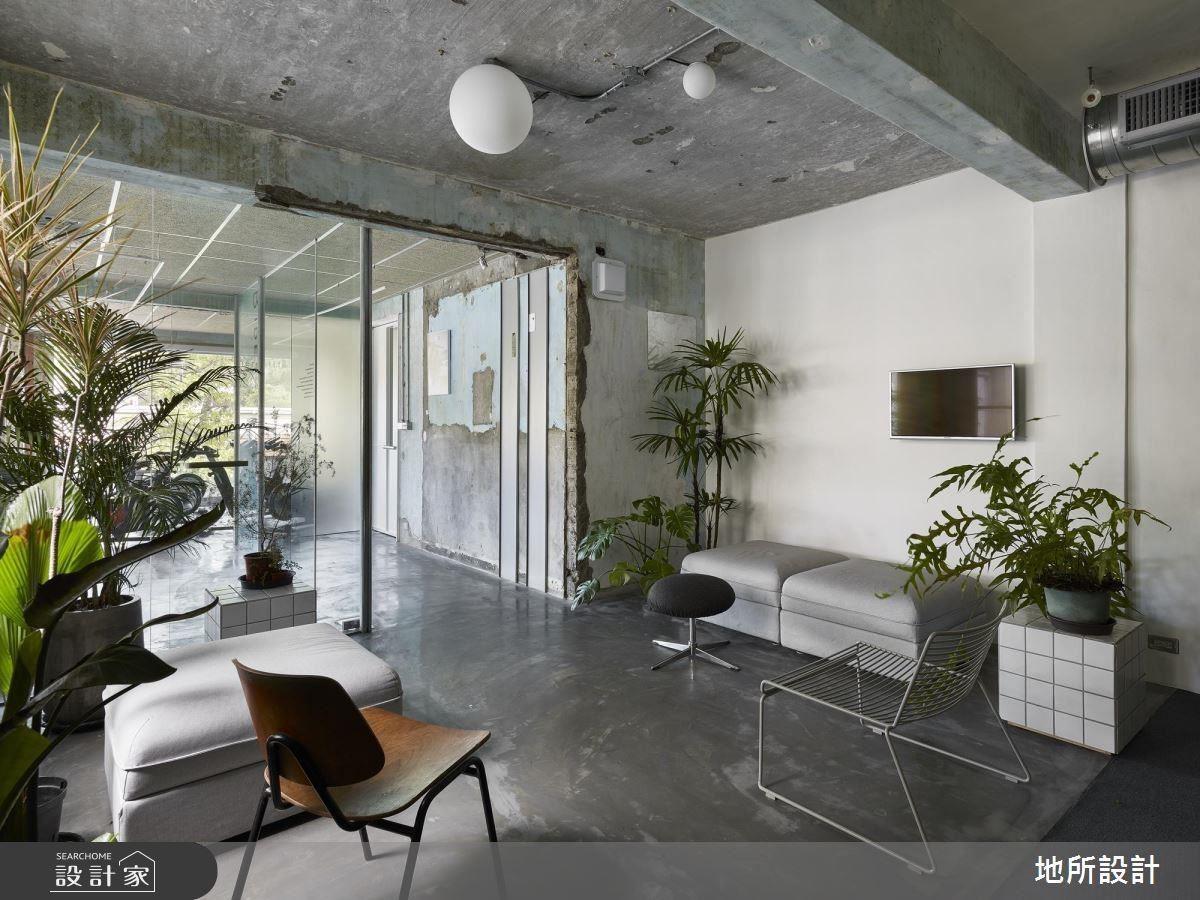 俗語說:「凡走過必留下痕跡。」老屋的歲月感歷歷在目,設計師讓陽光作為室內光源,運用燈管及簡易線條放入現代元素,植栽綠意加以妝點,呼應室外的景色,也期待空間質樸自然。