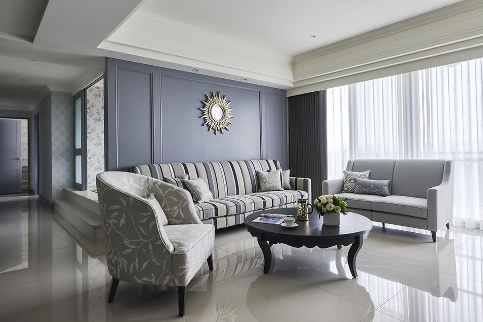 客廳沙發背牆以沉著藕灰色鋪陳,透過軟件花色搭配與金屬飾品點綴,空間自由揮散出美式的休閒舒暢感。