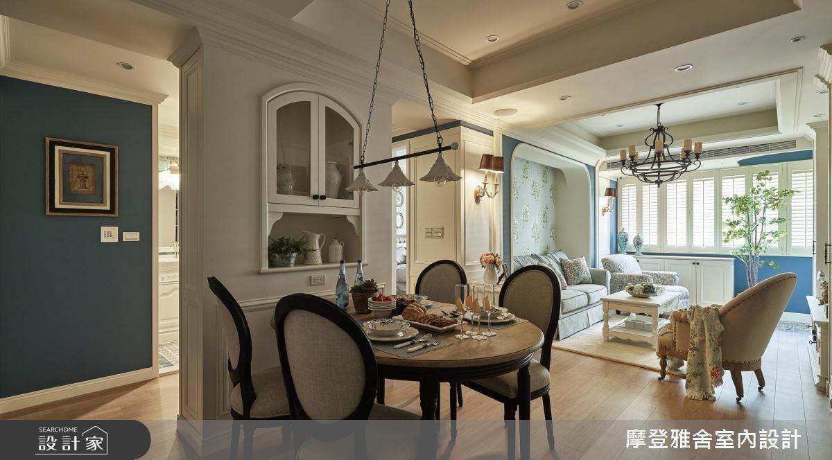 餐廳屏風順應結構打造對稱樑柱,創造豐富收納機能。