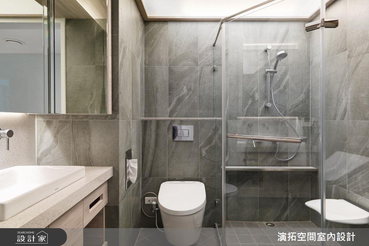 淋浴間平台巧妙融入隱藏把手設計,為長者帶來尊嚴。