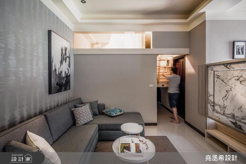 利用伸縮式樓梯將 20 坪小屋的夾層瞬間隱藏。>>看完整圖庫