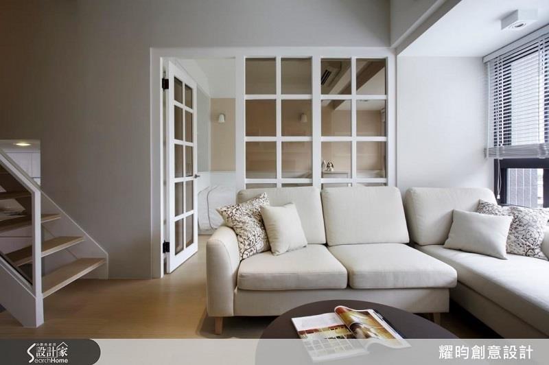 利用純白色成功將 20 坪空間放大,並營造休閒清新的紓壓氛圍。>>看完整圖庫