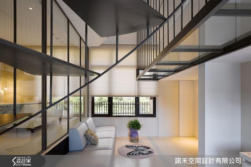 以大面積透明強化玻璃做隔間,使 12 坪空間超開闊且光線自然流暢於室內。>>看完整圖庫