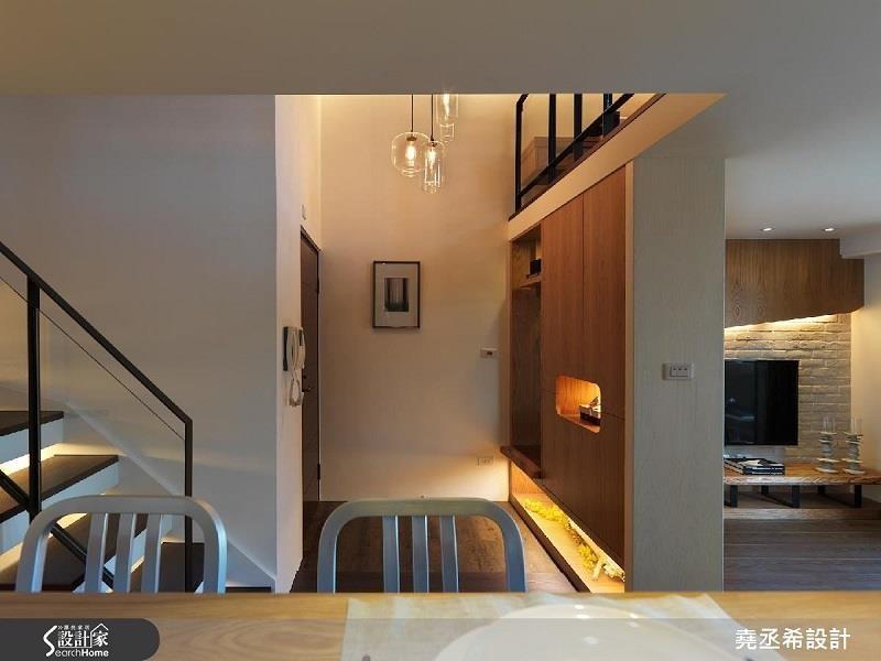 靈活運用階梯下畸零處,設置展示收納櫃並打造間接燈光,作為輔助燈光。>>看完整圖庫