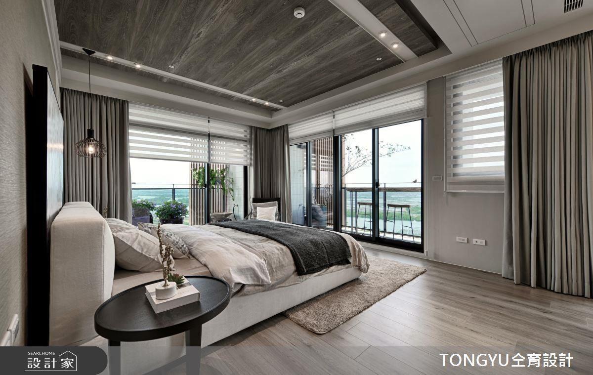延續公領域的風格,臥房中以木材質鋪陳沉靜質樸氛圍,大地色系與淺白色系的穿搭,迎入海邊休憩感。