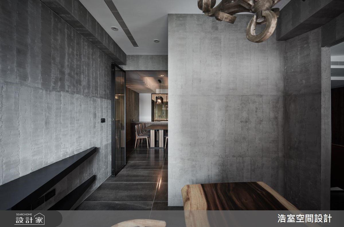 造型牆內隱藏書房空間,以透明活動拉門讓書房享受靜謐時光的同時,也可以看見客、餐廳的家人動向。
