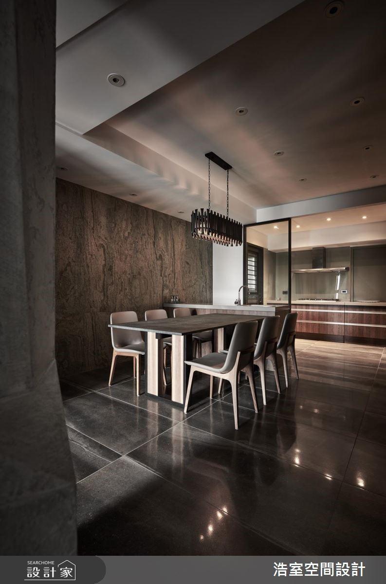 餐廚區在隔柵式吊燈與石材的互相映照下顯現出低調奢華品味,為維持空間通透性,廚房、餐廳之間更加上玻璃拉門做區隔。