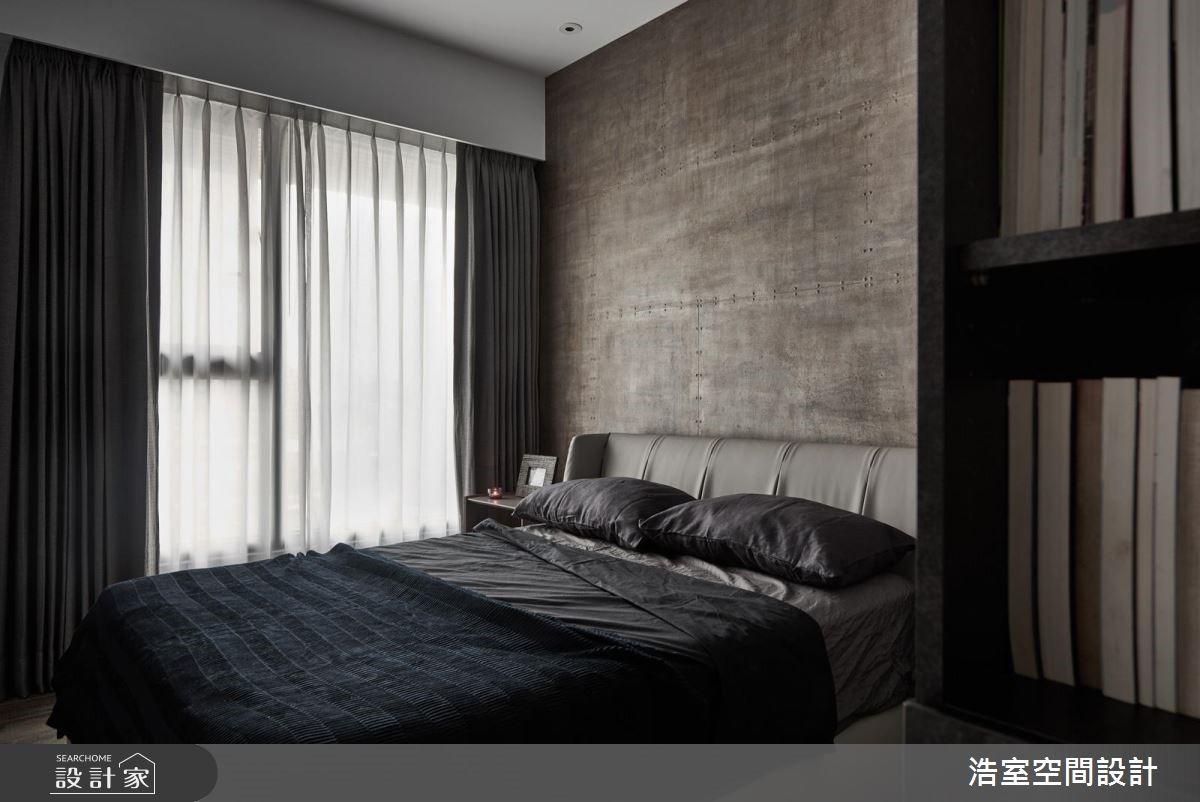 孩子房於床頭牆面染上絢爛斑駁質感,延續空間深沉調性,使孩子生活起居浸泡在品味之中。