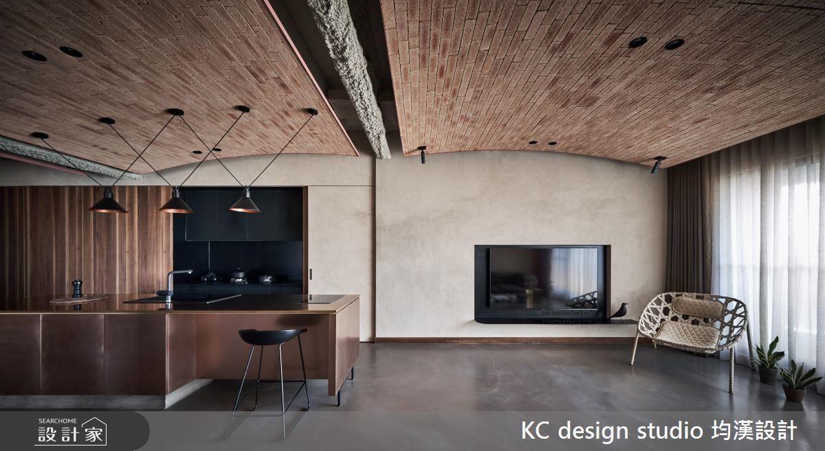 傳統磚瓦般的天花設計,不僅修飾原有屋中大樑不適感,更是帶來別有韻味的空間感受。