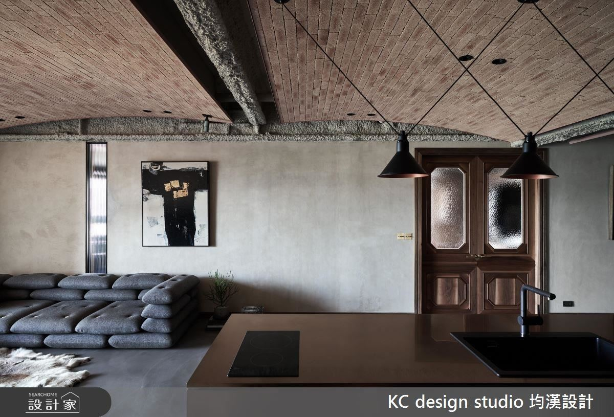 傳統古樸雙開門,為空間注入濃郁懷舊風情。