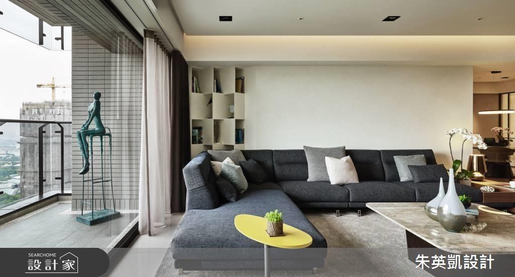 為了增加沙發背牆層次感,在左側設計書櫃造型牆,也讓客廳一角有了視覺焦點。