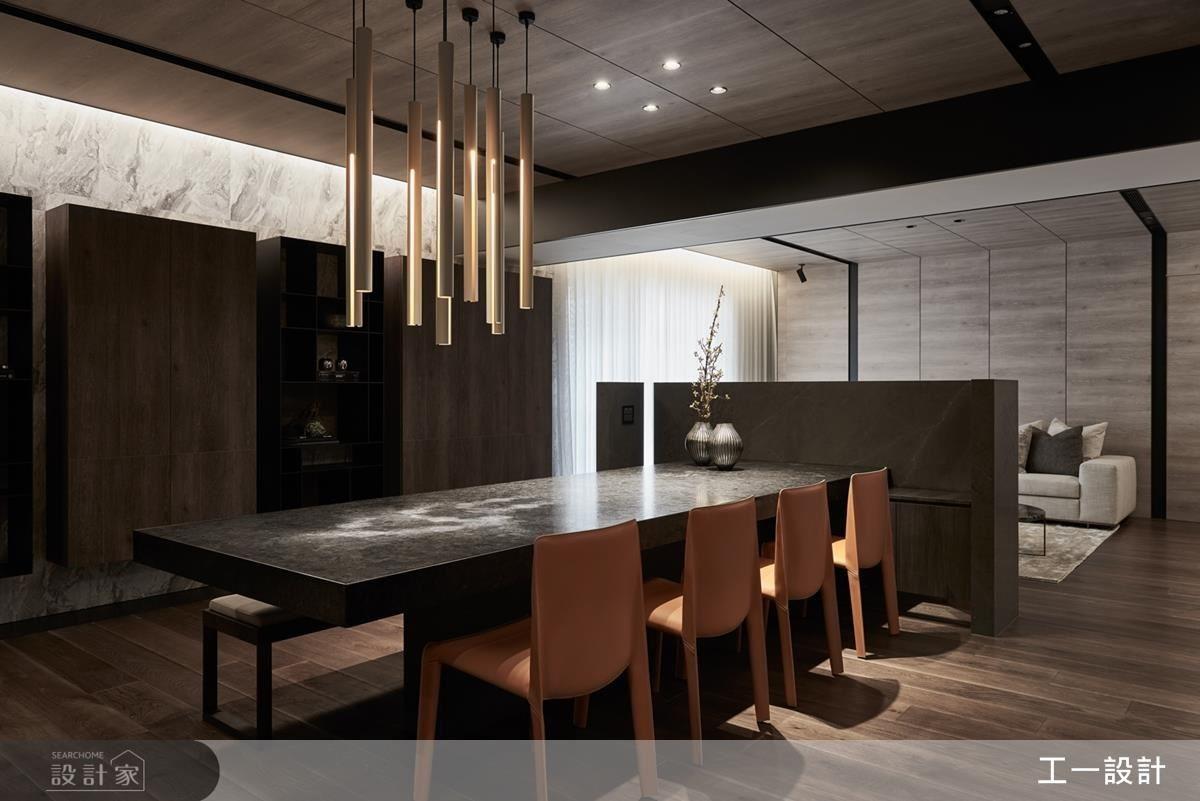 餐桌區結合半高電視牆訂製長型大理石餐桌,創造視覺的延伸,開放式的設計也帶來流暢的生活動線。