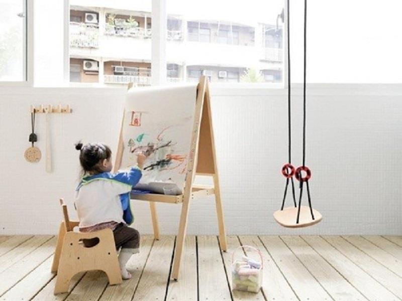 將陽台納為室內空間,並利用採光佳的特性及高度夠高的女兒牆,為孩子設置一個能開心作畫、盪鞦韆的遊戲區塊。>>看完整文章