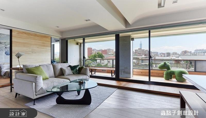 陽台區鋪設一段與室內等高的木地板,達到視野放大延伸效果。看完整圖庫