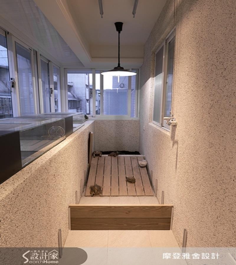 陽台以水洗石子與木板為建材改造,設計出最適寵物的專屬活動步道。>>看完整圖庫