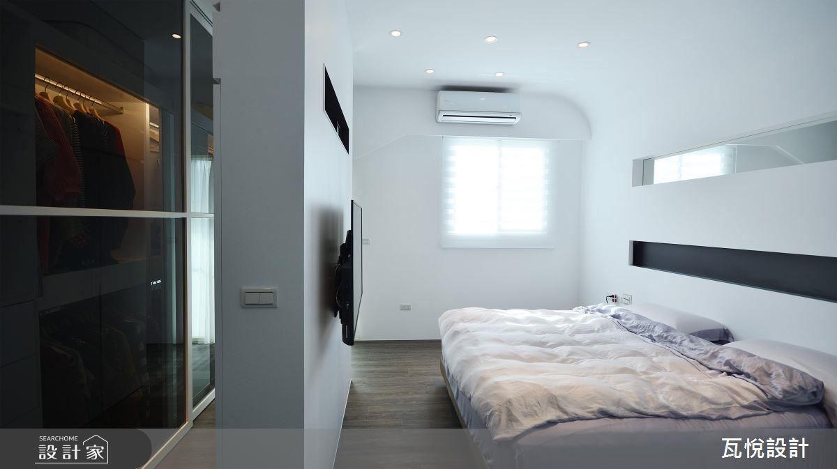 主臥房結合弧線與長線型,刻畫床頭背牆的現代俐落感。