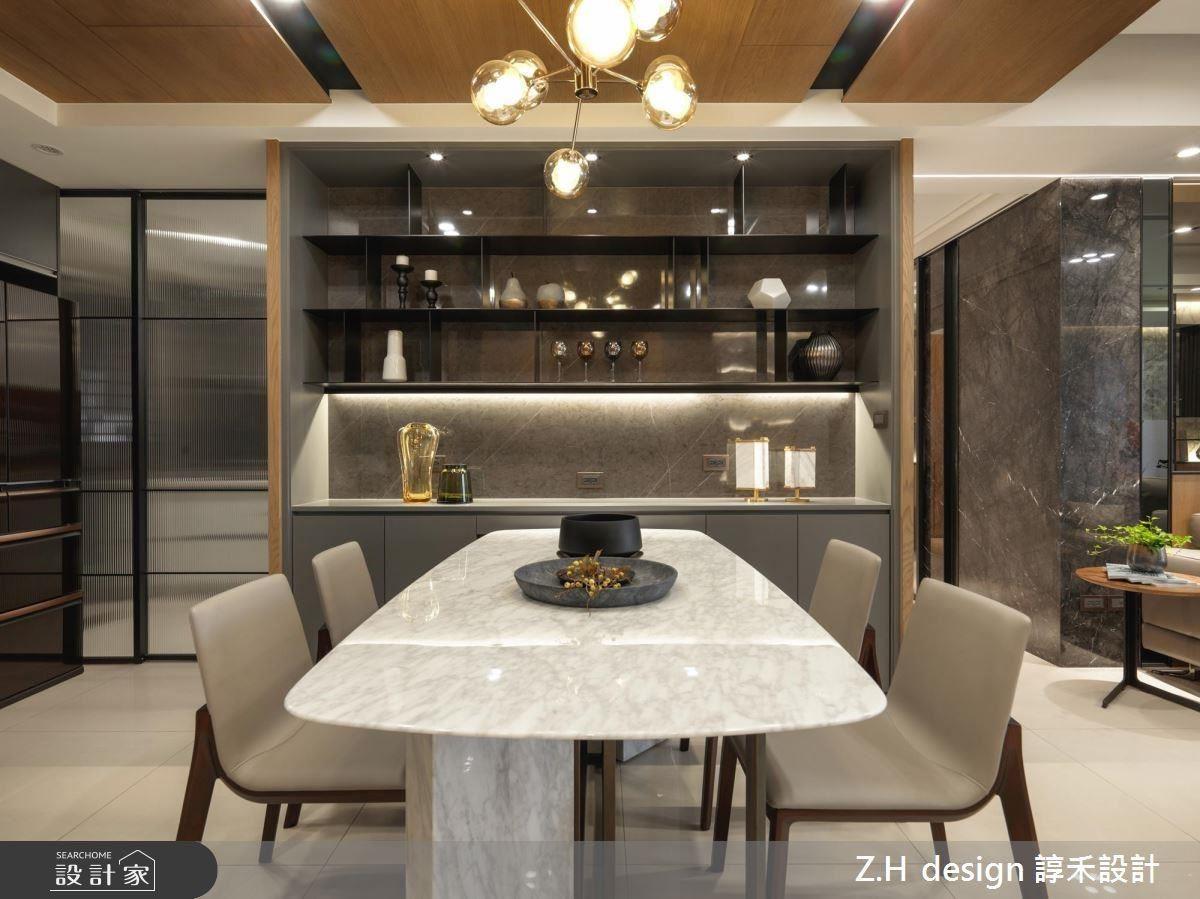 餐廳則以黑色鐵件、仿石材搭配出兼具展示功能備餐櫃,並藉質材映照延伸空間感。