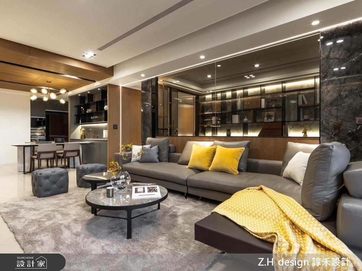 客廳沙發背牆以玻璃隔間提升通透感,並藉光帶勾勒空間線條,儼然成為一面居家端景。