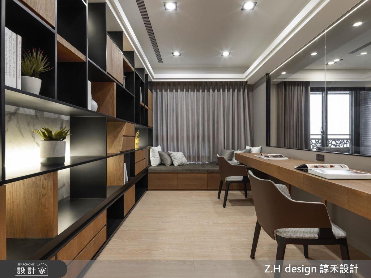 書房以手染木皮、鐵件及白色大理石構築大面展示櫃體,並藉格櫃造型帶來視覺趣味。