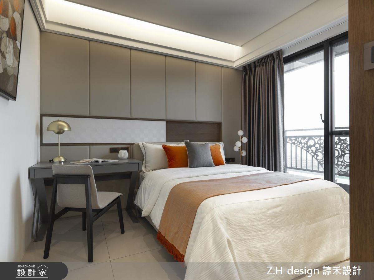 孝親房於床頭使用灰色繃板柔和沉靜休憩氛圍,並精巧設有滑門鏡面提供梳妝機能。